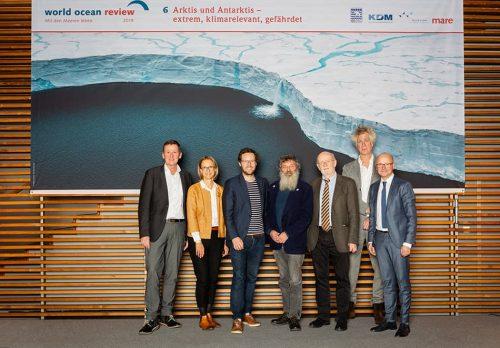 Präsentation des »World Ocean Review 6: Arktis und Antarktis – extrem, klimarelevant, gefährdet«: (v. l.) Dr. Volker Rachold, Prof. Dr. Nele Matz-Lück, Jan Philipp Albrecht, Prof. Dr. Ulrich Bathmann, Prof. Dr. Hans-Otto Pörtner, Nikolaus Gelpke, Karsten Schwanke // ©michaelbennett.de / maribus