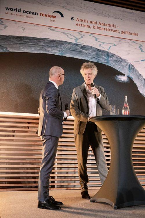 """Nikolaus Gelpke, Verleger des mareverlags und Initiator des """"World Ocean Review"""", im Gespräch mit Moderator Karsten Schwanke // ©michaelbennett.de / maribus"""