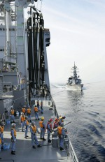 """8.7 > For fear of pirate raids, big guns are deployed in the Gulf of Aden. Japanese marines are among those hunting the freebooters. During a manoeuvre, the destroyer """"Ikazuchi"""" goes alongside the supply vessel """"Mashu"""". © action press/KYODO NEWS"""
