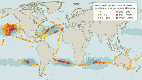 fig. 2.19: The world's oceans are polluted with varying concen­tra­tions of plastic debris. The highest concentrations of 1 to 2.5 kilograms per square kilometre can be found in the major ocean gyres, and especially in the North Pacific Ocean. © after Cózar et al.