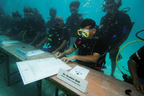 1.5 > To bring attention to the threat ofglobal warming, the government ofthe Republic of Maldives held a meeting on the sea floor in autumn 2009 just before the Copenhagen summit.  ©action press/Ferrari Press Agency