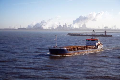 2.3 > Zementwerke wie hier bei Amsterdam gehören nach der Verbrennung fossiler Brennstoffe zu den global signifikanten anthropogenen Kohlendioxidquellen. Entsprechend groß ist das CO₂-Einsparpotenzial in diesen Industriebereichen. ©Stephan Köhler/Zoonar