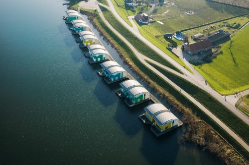 3.14 > The Netherlands is readying itself for future flooding. Engineers have constructed floating settlements along the waterfront at Maasbommel. Vertical piles keep the amphibious houses anchored to the land as the structures rise with the water levels. ©Swart/Hollandse Hoogte/laif