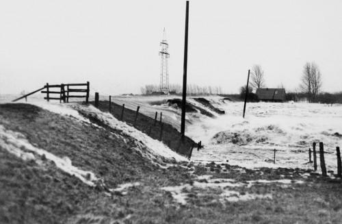 3.11 > Die Sturmflut von 1976 gilt als die bis heute schwerste registrierte Sturmflut an der deutschen Nordseeküste und richtete wie hier beim Deichbruch in der Haseldorfer Marsch an der Elbe durchaus schwere Schäden an. In Cuxhaven erreichte der Pegel mit 5,1Meter über dem normalen Wasserstand eine Rekordhöhe. Die Folgen waren dennoch weit weniger verheerend als bei der Flut von 1962, weil man in der Zwischenzeit vielerorts die Deiche verstärkt und erhöht hatte. ©Werner Baum/dpa Picture-Alliance