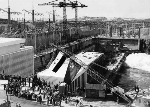 3.8 > Als technische Meisterleistung feierte man den Assuan-Staudamm bei seiner Inbetriebnahme 1968. Von den Umweltproblemen wie etwa der Versalzung der Küste ahnte man damals noch nichts. 1971 wurde der Staudamm dann offiziell eröffnet. Die Bauarbeiten hatten rund elf Jahre gedauert. ©Keystone France/laif