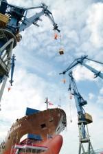 8.4 > In den kommenden Jahren werden weitere riesige Containerschiffe vom Stapel laufen und in Dienst gestellt. Vermutlich wird dadurch die Gesamtkapazität der Handelsflotte die Nachfrage für längere Zeit übersteigen. ©Thomas Grimm/ plainpicture