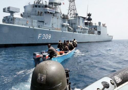 """8.9 > Deutsche Marinesoldaten überführen im Golf von Aden ein Piratenboot zur Fregatte """"Rheinland-Pfalz"""". Wegen der häufigen Überfälle werden die ostafrikanischen Gewässer seit Längerem durch Kriegsschiffe gesichert. Dennoch kommt es in dieser derzeit gefährlichsten Küstenregion immer wieder zu Übergriffen auf Handelsschiffe. ©Bundeswehr/ddp images"""