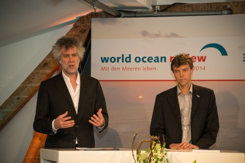 Nikolaus Gelpke (links) und Prof. Dr. Martin Visbeck (rechts) stellen im Hamburg den dritten World Ocean Review vor. © Heike Ollertz