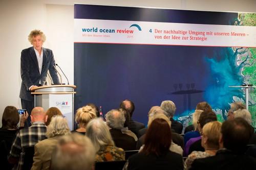 """Nikolaus Gelpke, Initiator des Projekts und Verleger des mareverlags, bei der Präsentation des vierten """"World Ocean Review"""" (WOR)"""