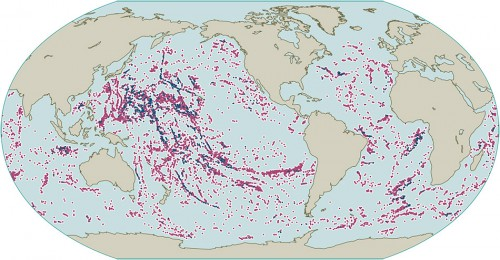 3.14 > Seamounts are commonly located at volcanic structures such as the ocean ridges, and sometimes form long chains along the sea floor. Seamounts with a height between 1000 and 3000 metres are marked in red, those higher than 3000 metres in blue. © Seung-Sep Kim/Chungnam National University