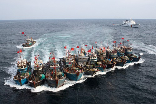 3.24 >  A chase at sea near South Korea: an entire fleet of illegal Chinese fishing vessels attempts to evade the South Korean Coast Guard. The fishermen were arrested by armed units soon afterwards. © Dong-A Ilbo/AFP ImageForum/Getty Images
