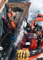 3.28 > Eine bewaffnete Einheit der südkoreanischen Küstenwache bringt chinesische Fischer auf, die illegal vor Südkorea fischen. Nur wenige Länder können sich eine so schlagkräftige Fischeraufsicht leisten. © Dong-A Ilbo/AFP ImageForum/Getty Images