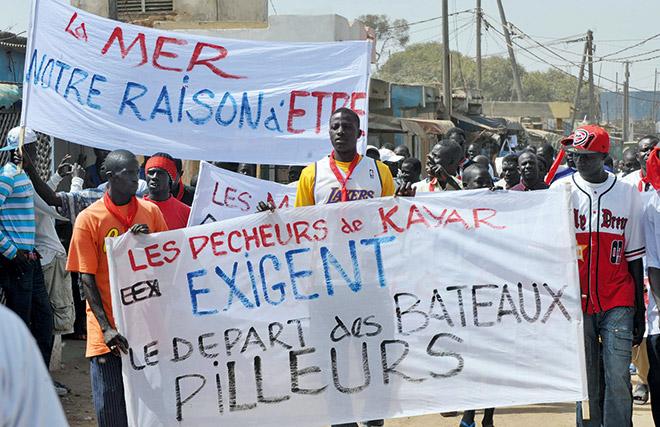 5.15 > Angst um ihre Lebensgrundlage trieb senegalesische Fischer im März 2012 auf die Straßen. Der damals amtierende Präsident wollte neue Fanglizenzen an ausländische Fischereiunternehmen verkaufen.  © Seyllou/AFP/Getty Images