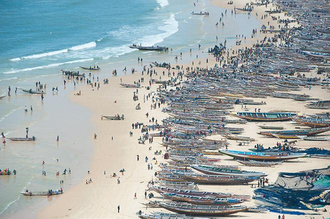 5.16  > Auch handwerkliche Fischerei wird mitunter sehr intensiv betrieben, wie die vielen Pirogen an einem Strand im Senegal zeigen.  © Pierre Gleizes/Greenpeace