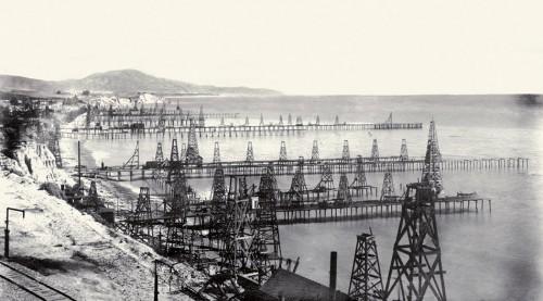 Abb.1.1 > Schon Ende des 19. Jahrhunderts wagten Ölpioniere den Schritt ins Meer. Anfangs waren die Fördertürme über Piers mit dem Land verbunden. © G. H. Eldridge/U. S. Geological Survey