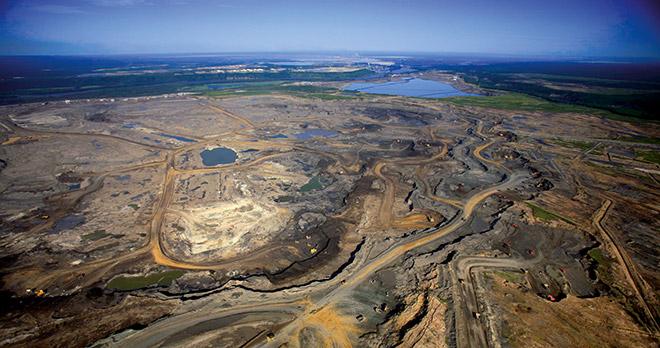 Abb. 1.7 > Dank der Ölsande verfügt Kanada über erhebliche Ölreserven. Allerdings hat der Tagebau dort große Waldgebiete zerstört. © Jiri Rezac/Greenpeace