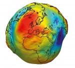 Abb. 1.17 > Die Schwerkraft der Erde ist an verschiedenen Punkten unterschiedlich groß. Sie hängt insbesondere von der Dichte des Gesteins ab. Mithilfe von Satelliten werden seit einigen Jahren sehr genaue Schwerkraftkarten erstellt. Gebiete mit großer Schwerkraft sind auf dieser Abbildung rot und leicht erhaben dargestellt. Regionen mit geringer Schwerkraft sind blau und als Vertiefung, als Delle, abgebildet. Fachleute bezeichnen die Erde als Gravitationskartoffel. © ESA