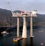 """Abb. 1.25 > Die norwegische """"Sea Troll"""" ist die größte Erdgasplattform weltweit. Sie wurde mit mehreren Schleppern an ihren Einsatzort gezogen. ©  STR New/Reuters"""