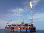 """Abb. 1.26 > Das FPSO  """"Kizomba A&ldquo ist Teil einer großen Ölförderanlage, die aus einer Förderplattform und mehreren Subsea-Einheiten besteht.  © Victor M. Cadelina, Jr."""