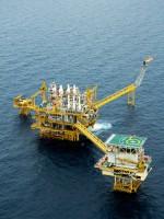Abb. 1.28 > Förderplattformen gehören seit  Jahrzehnten zur Offshore-Industrie von  Öl und Gas. Wichtige Förderregionen sind  die küstennahen Meeresgebiete vor Süd- amerika oder Westafrika – oder, wie hier  im Bild zu sehen, der Golf von Thailand. © think4photop/iStockphoto