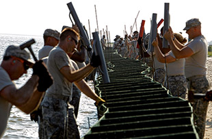 fig. 1.37 > Barriers were erected in a futile attempt to protect Dauphin Island. © Brian Snyder/Reuters