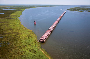 fig. 1.38 > Barges lined up to seal off Lake Pontchartrain near New Orleans. © Lee Celano/Reuters