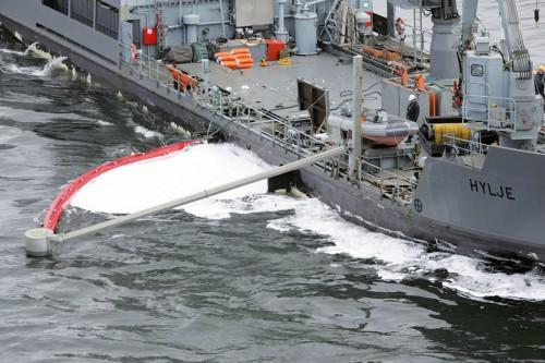 """1.45 > Während einer Ölbekämpfungsübung vor Helsinki fängt das Mehrzweckschiff """"Hylje"""" mit einem Schwenkarm einen Spezialschaum ein, der Öl simulieren soll. © Rajavartiolaitos"""