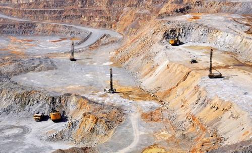 2.1 > Erze für die Metallerzeugung fördert man in großen Tagebauen wie der Dexing-Kupfermine nahe der ostchinesischen Stadt  Shangrao. Dabei fressen sich die Bagger tief in den Erdboden. © picture alliance/CHINAFOTOPRESS/MAXPPP