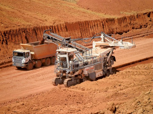 2.5 > Bauxit gewinnt man überwiegend  im Tagebau. 800 Tonnen trägt eine solche Spezialmaschine pro Stunde ab. Verwendet wird Bauxit vor allem für die Herstellung  von Aluminium. © Wirtgen GmbH