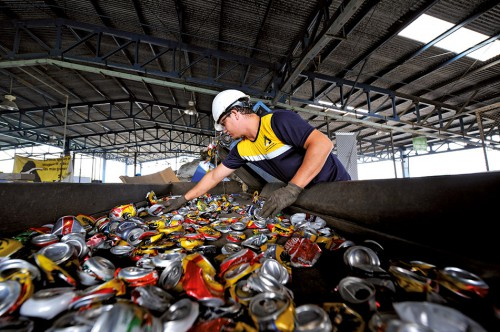 fig. 2.6 > A worker in a recycling factory in San José, Costa Rica, sorts tin cans from which aluminium is recovered. © Florian Kopp