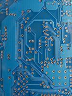 2.7 > Elektronikkomponenten wie Chips mit elektronischen Schaltkreisen enthalten verschiedene Metalle in sehr geringen Mengen. Da die Metalle darin quasi verschmolzen sind, ist das Recycling besonders schwierig. © Javier Marina/agefotostock/Avenue Images