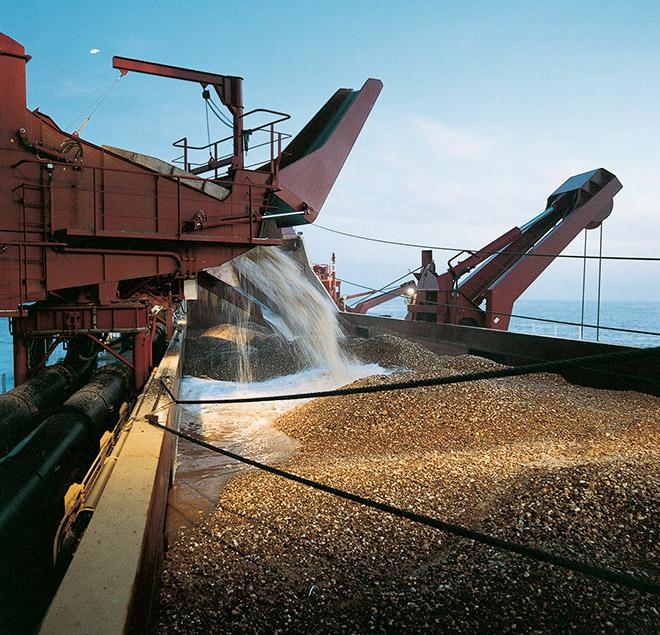 Abb. 2.8 > Vor der niederländischen Insel Ameland fördert ein Saugbagger Sand vom Grund der Nordsee, mit dem der Inselstrand verbreitert werden soll. © Photo courtesy British Marine Aggregate Producers Association