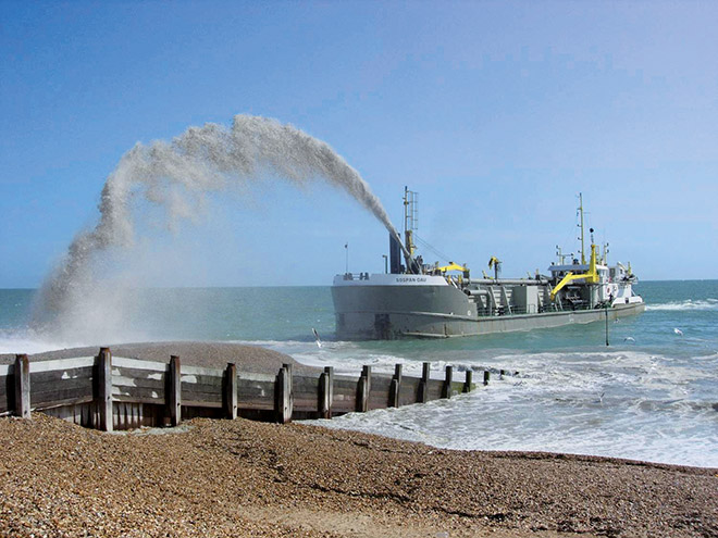 2.9 > Beim sogenannten Regenbogenverfahren wird das Sand-Wasser-Gemisch vom Schiff aus auf den Strand gepumpt. © Photo courtesy of the Eastern Solent Coastal Partnership, www.escp.org.uk
