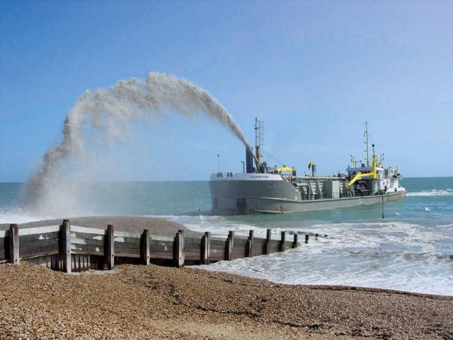 2.9 > Beim sogenannten Regenbogenverfahren wird das Sand-Wasser-Gemisch vom Schiff aus auf den Strand gepumpt. © Photo courtesy of the Eastern Solent Coastal Partnership, www.escp.org.uk