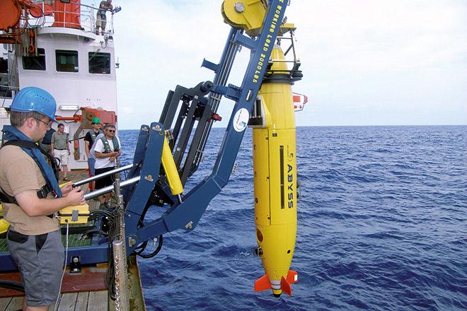 Abb. 2.29 > Ein Mitarbeiter eines Forschungschiffs setzt ein autonomes Unterwasserfahrzeug (AUV) ins Meer, das mit Sensoren bestückt ist. © Geomar/picture alliance/dpa