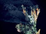 Abb. 2.31 > An Schwarzen Rauchern tritt Wasser mit Temperaturen von bis zu 380 Grad Celsius aus. Es enthält Sulfide, eine bestimmte Art von Schwefelverbindungen, die das Wasser dunkel färben. ©  MARUM – Zentrum für Marine Umweltwissenschaften, Universität Bremen