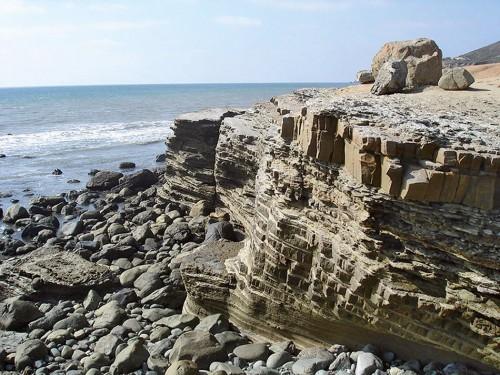 Abb. 3.5 > Steinerne Schönheit: Strömungen und Wellen haben auf der Point-Loma-Halbinsel in Kalifornien Turbidite freigespült. © Eurico Zimbres/wikimedia commons