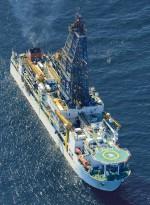 """Abb. 3.9 > Mit dem Forschungsschiff """"Chikyu"""" bohrten japanische Forscher im Februar 2012 südlich der Atsumi-Halbinsel nach Methan- hydraten. im Jahr darauf förderte das Schiff ganz in der Nähe erstmals Methan durch eine Probebohrung an die Meeresoberfläche. © Kyodo/Reuters"""