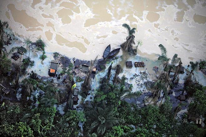 Abb. 4.11 > Aus Pipelines gestohlenes Öl wird im Nigerdelta, wie hier am Fluss Imo, in illegalen Raffinerien verarbeitet, die das Wasser zusätzlich verschmutzen. © Akintunde Akinleye/Reuters