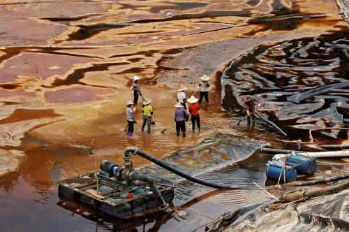 Abb. 4.8 > Nachdem im Juli 2010 das Auffangbecken einer Kupfermine in der chinesischen Küstenprovinz Fujian geborsten war, floss giftiges Abwasser in einen Fluss. 1900Tonnen tote Fische wurden geborgen. © Stringer China/Reuters