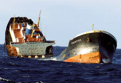 fig. 4.9 > A tanker's useful life ends – and an oil disaster begins. In November 2002, the Prestige sank off the northwest coast of Spain, spilling around 60,000 tonnes of oil into the sea and polluting almost 3000 kilometres of French and Spanish coastline. © STR New/Reuters