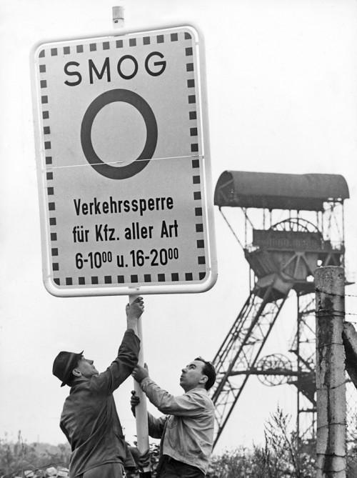 Abb. 1.5: Essen führte 1966 als erste deutsche Stadt Fahrverbote ein, um die Belastung durch Smog zu verringern. Doch erst mit der Einrichtung von Abgasfiltern in Kraftwerken und Industrieanlagen in den 1980er Jahren besserte sich die Luftqualität merklich. ©ap/dpa/picture alliance/Süddeutsche Zeitung Photo