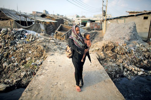 Abb. 1.7: Ein Slum in Dhaka, der Hauptstadt von Bangladesch. Auf der Welt leben Millionen von Menschen ohne sauberes Wasser, sanitäre Einrichtungen oder die Chance auf Bildung © Andrew Biraj