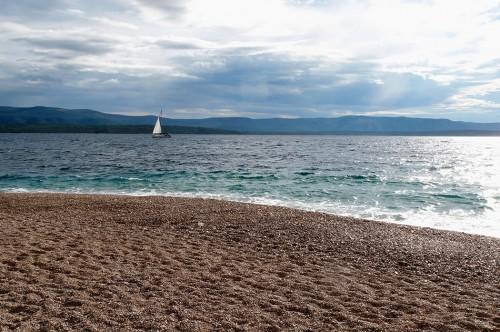 Abb. 1.9: Das Goldene Horn, einer der beliebtesten Strände Kroatiens. Nicht nur die Adria, sondern jedes Meer der Welt hat so viele verschiedene Funktionen, dass es nicht in vollem Umfang substituierbar ist. Von Bedeutung ist beispielsweise die Erholungsfunktion. ©mauritius images/Henryk Tomasz Kaiser