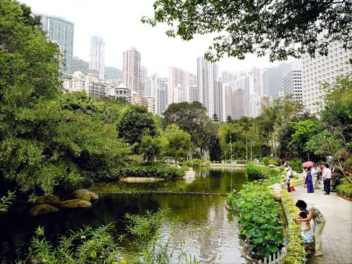 Abb. 1.15: Der Hongkong-Park, 1991 eröffnet, hat einen direkten Nutzen für Bürger in Form von Erholung, aber auch einen hohen indirekten Nutzungswert, weil er das innerstädtische Mikroklima verbessert. © Christian Kerber/laif