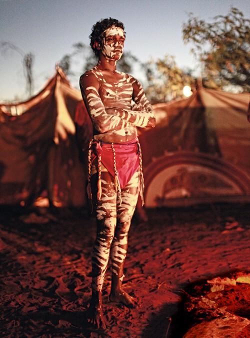 Abb. 1.16: Die australischen Ureinwohner, die Aborigines, glauben, dass ihr Kontinent von unsichtbaren, mythischen Traumpfaden durchzogen ist – eine besondere Art des kulturellen Naturkapitals, das in der Vergangenheit häufig durch Baumaßnahmen zerschnitten oder zerstört wurde. © Ingetje Tadros/Getty Images