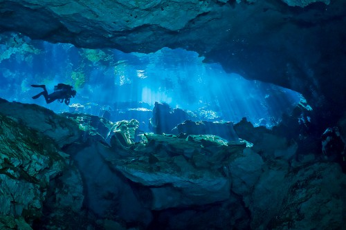 fig. 2.11: The limestone caves on Mexico's Yucatán peninsula are very popular with divers. © Steffen Binke/SeaPics.com