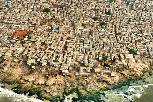 Abb. 2.17: Ein Slum in der ghanaischen Hauptstadt Accra. Der 500 Kilometer lange Küstenstreifen zwischen Accra und dem Nigerdelta in Nigeria dürfte sich bis 2020 zu einem urbanen Band mit mehr als 50 Millionen Einwohnern entwickeln. © Frans Lanting/Corbis