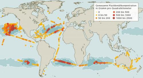 Abb. 2.19: Die Weltmeere sind unterschiedlich stark mit Plastikmüll belastet. Die höchsten Konzentrationen von 1 bis 2,5 Kilogramm pro Quadratkilometer finden sich in den großen Meereswirbeln– insbesondere im Nordpazifik. © nach Cózar et al.