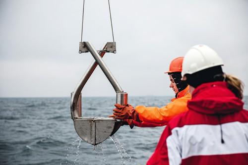 fig. 2.26: On a research expedition in the Baltic Sea German scientists lift a marine bottom sampler on board containing a sediment sample. They are looking for certain species and want to find out in which of the Baltic's sediments these species occur. © Jolan Kieschke